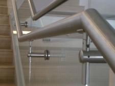 balustrada ze stali nierdzewnej wypełniona szkłem bezpiecznym (PWSFTv i T w Łodzi)